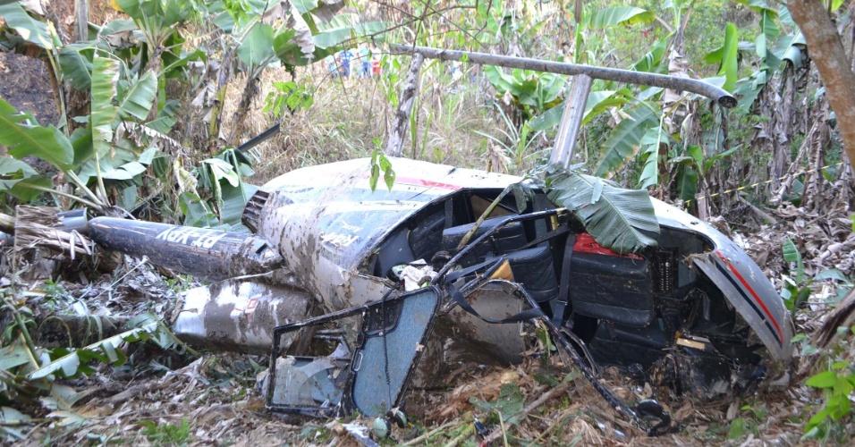 19.ago.2012 - Um helicóptero com três ocupantes fez um pouso forçado no Jardim Canaã, em Itaquaquecetuba (SP)