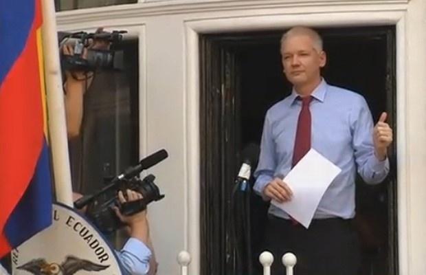 19.ago.2012 - O fundador do WikiLeaks, Julian Assange, falou com a imprensa pela primeira vez, neste domingo, desde que está refugiado na Embaixada do Equador, em Londres. Em discurso, Assange pediu que os Estados Unidos pare de ameaçar a organização