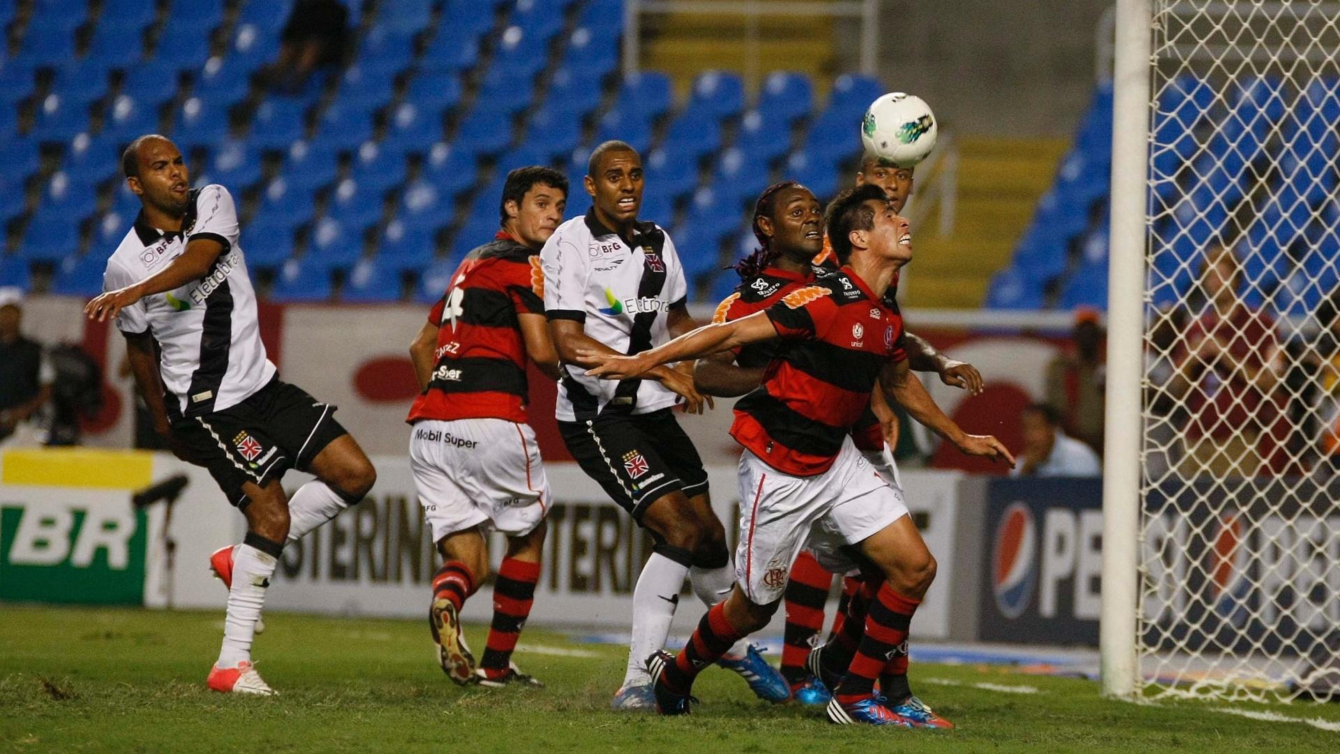 Cáceres, volante do Flamengo, usa a cabeça para afastar o perigo da área do Flamengo