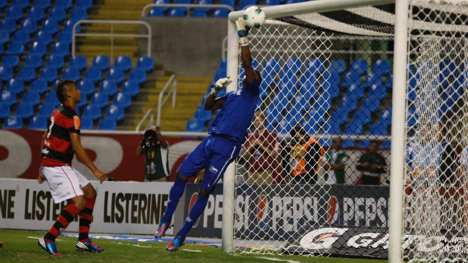 Felipe, goleiro do Flamengo, se estica para fazer defesa após finalização vascaína