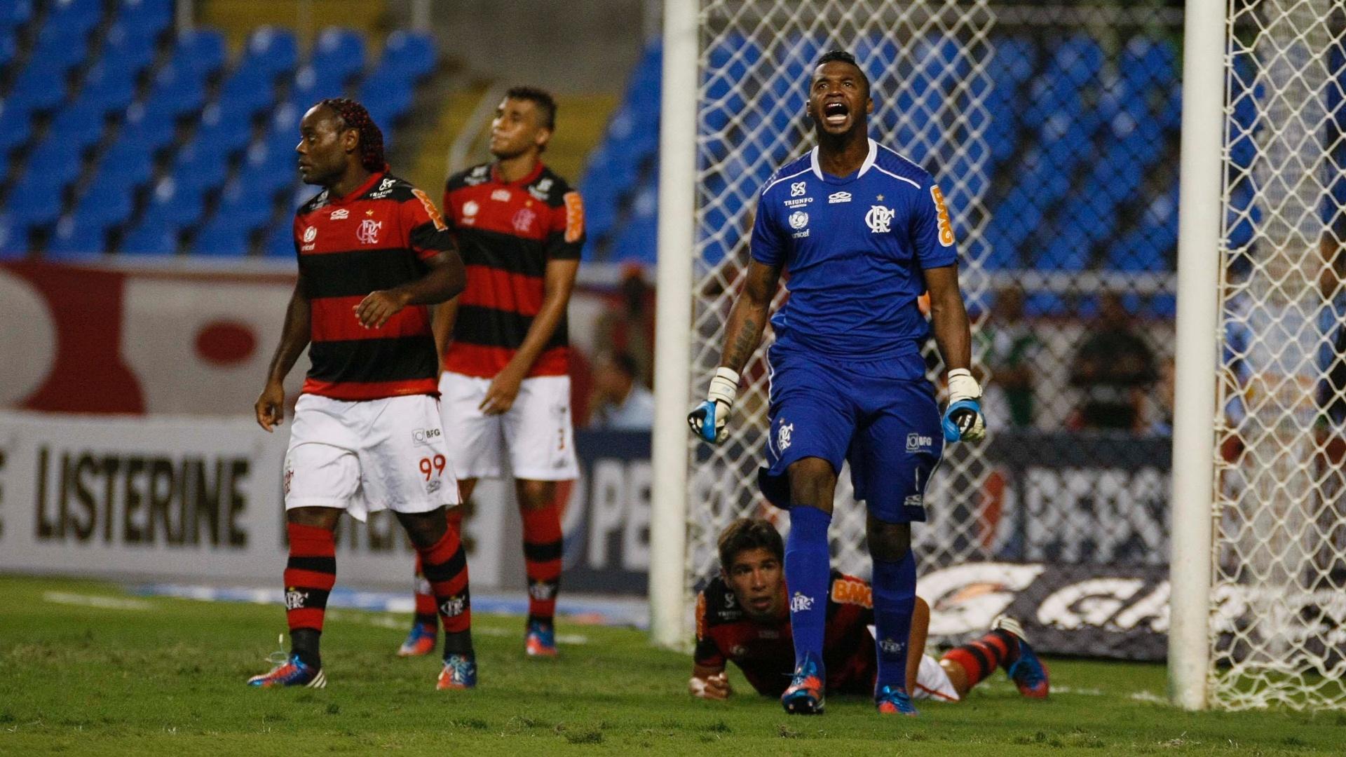Felipe, goleiro do Flamengo, vibra com defesa feita no clássico contra o Vasco
