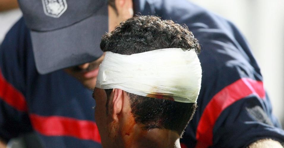 Ferido recebe atendimento após confusão na Liga dos Campeões Africanos