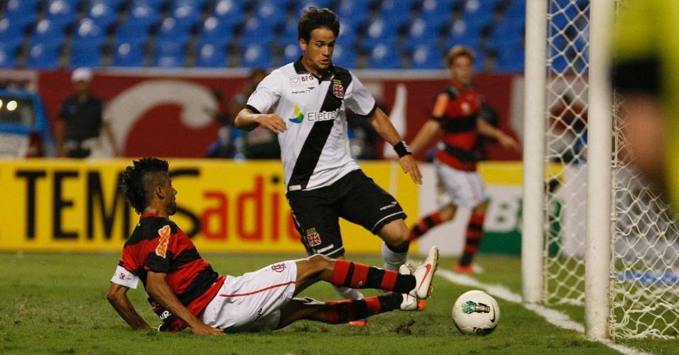 Léo Moura, do Flamengo, chega desequilibrado na bola e perde gol feito no final do clássico contra o Vasco