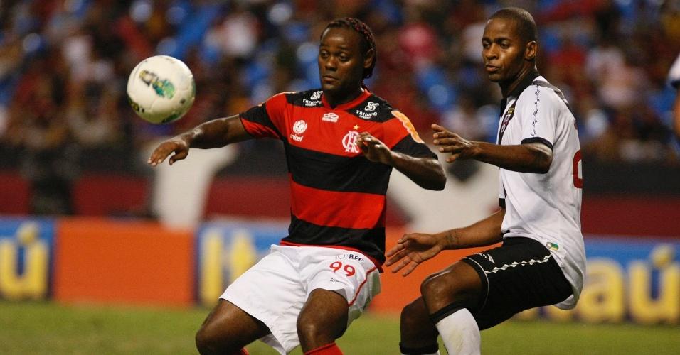 Seguido de perto pelo zagueiro Dedé, atacante Vágner Love observa a bola no clássico entre Flamengo e Vasco