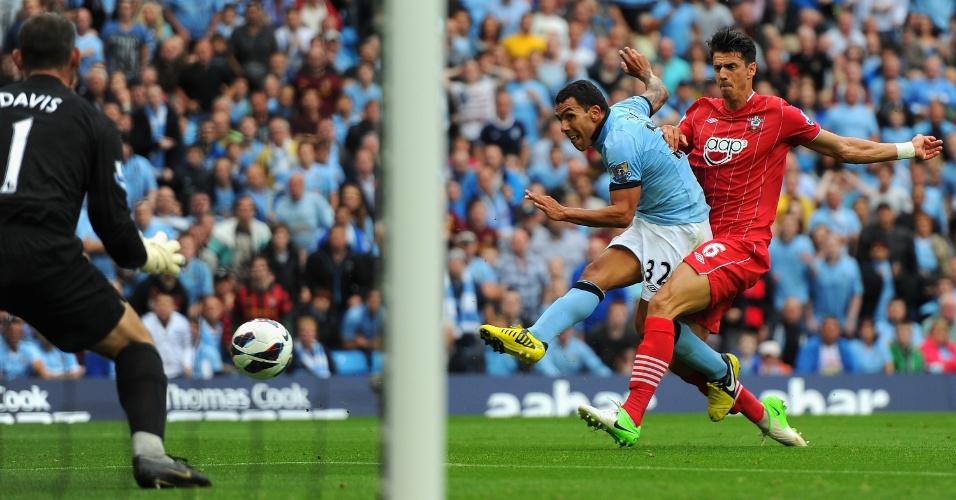Tevez toca na saída do goleiro Davis, abrindo o placar para o Manchester City contra o Southampton