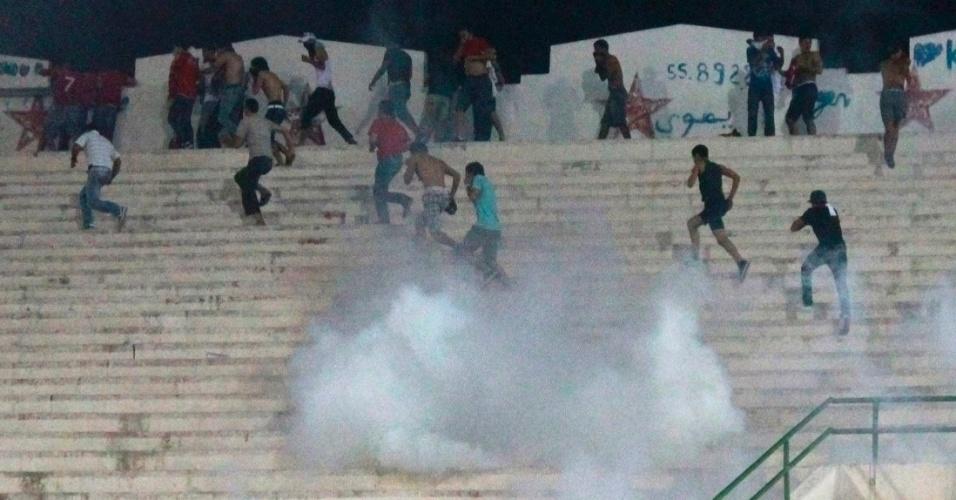 Torcedores correm na arquibancada em tumulto na Tunísia