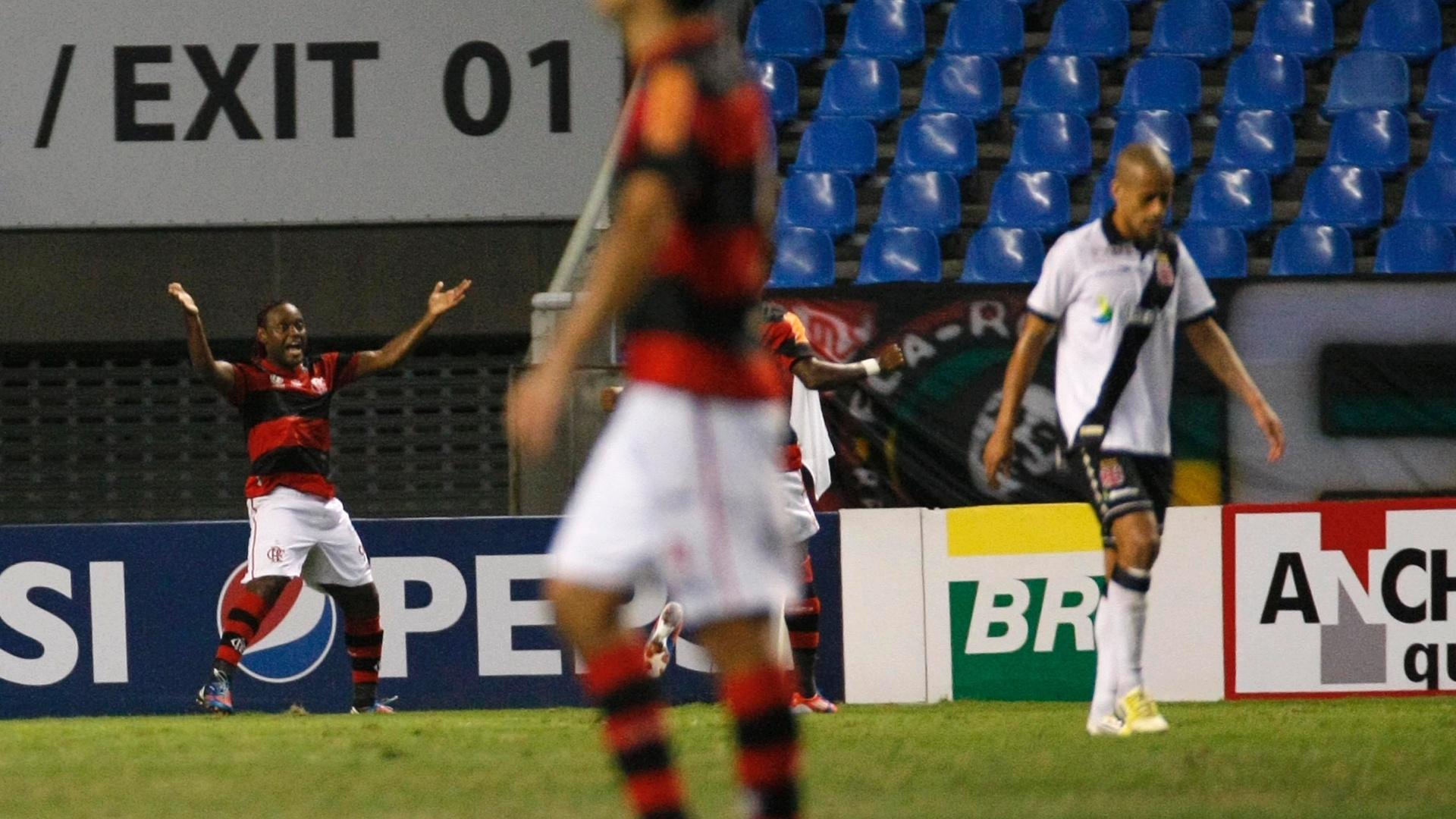 Vágner Love comemora gol do Flamengo no clássico contra o Vasco, no Engenhão