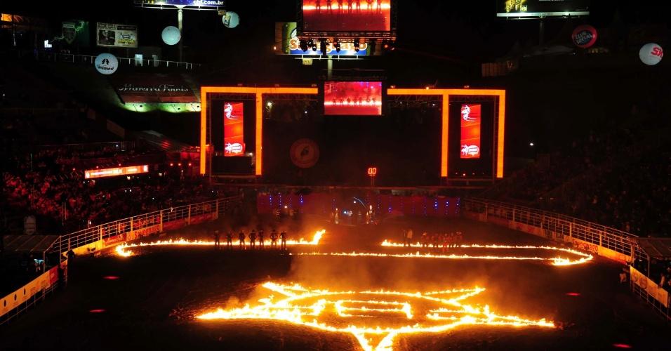 19.ago.2012 - Imagem da arena iluminada na noite de domingo (19), na 57ª Festa do Peão de Barretos (SP)