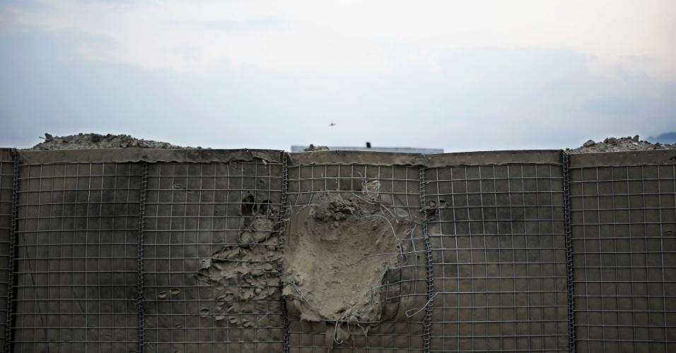 20.ago.2012 - Parede é perfurada neste domingo (19) após ataque de insurgentes afegãos contra a Otan, em Kunar, no Afeganistão, que matou um soldado norte-americano da missão no país.