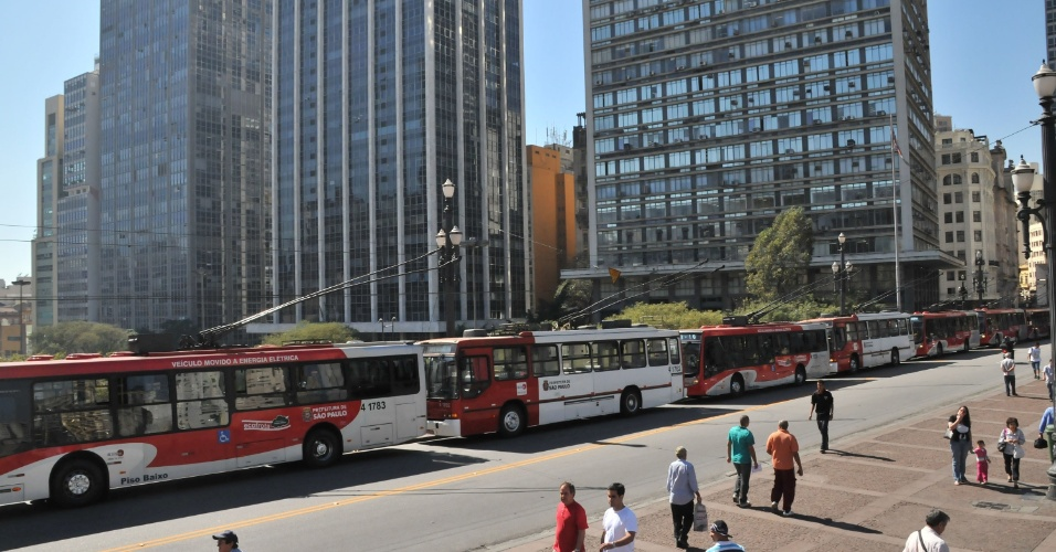 20.ago.2012 - A quebra de um trólebus na esquina do Teatro Municipal, no centro de São Paulo, provocou uma fila com mais de 20 trólebus entre o Viaduto do Chá e a rua Líbero Badaró, na manhã desta segunda-feira (20)