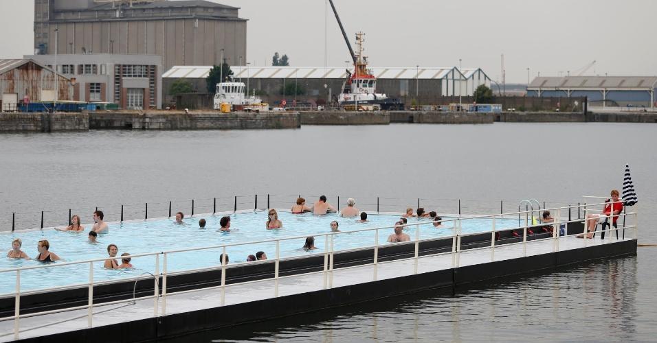 """20.ago.2012 - Banhistas aproveitam uma piscina flutuante ao ar livrechamada de """"badboot"""", no porto de Antwerp, na Bélgica. Além da piscina, o local abriga um terraço e um restaurante"""