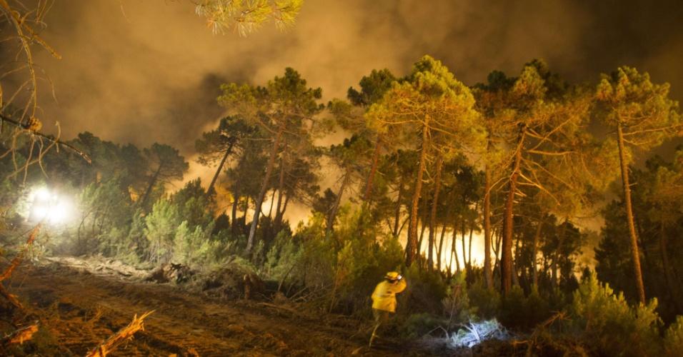 20.ago.2012 - Bombeiros tentam conter incêndio florestal próximo a León, na Espanha. Nas últimas semanas vários focos de incêndio foram registrados em matas espanholas, devido às altas temperaturas e o tempo seco no país. Mais de 300 pessoas trabalham para tentar extinguir o fogo, com o apoio de nove helicópteros e quatro hidroaviões