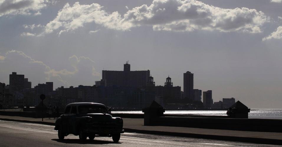 20.ago.2012 - Carro passa pelo Malecón, o calçadão de Havana, capital cubana