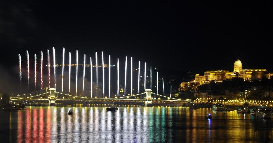 20.ago.2012 - Fogos de artifício são soltos na ponte das Correntes, no rio Danúbio, em Budapeste, capital da Hungria, para comemorar o dia nacional. O país celebra o 1.012º aniversário da fundação do Estado húngaro