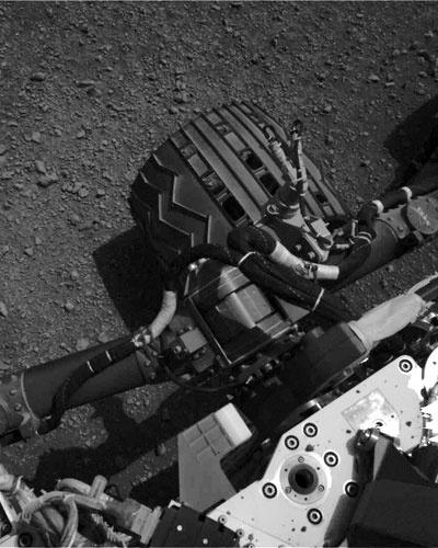 20.ago.2012 - Imagem obtida pelo Curiosity mostra uma das rodas do robô