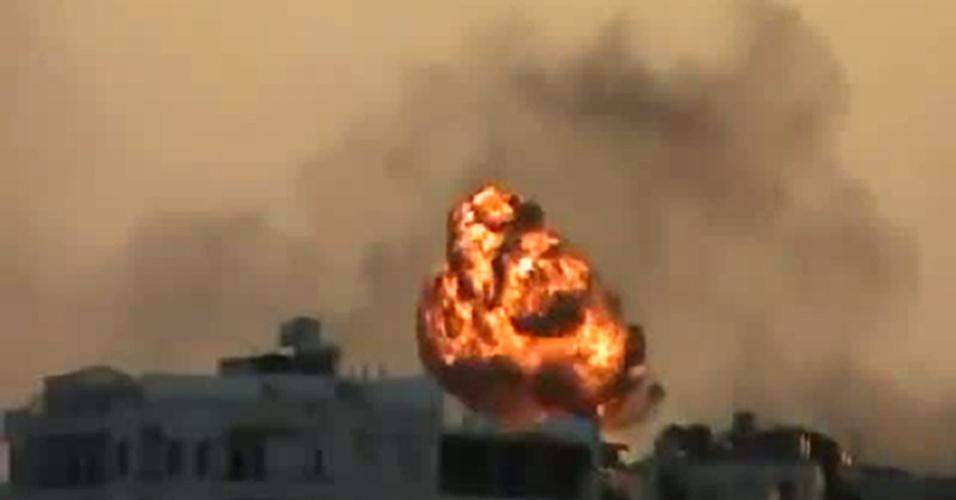 20.ago.2012 - Imagem tirada de um vídeo postado na internet mostra uma explosão no bairro de Saif al-Dawla, em Aleppo, na Síria, neste domingo (20)