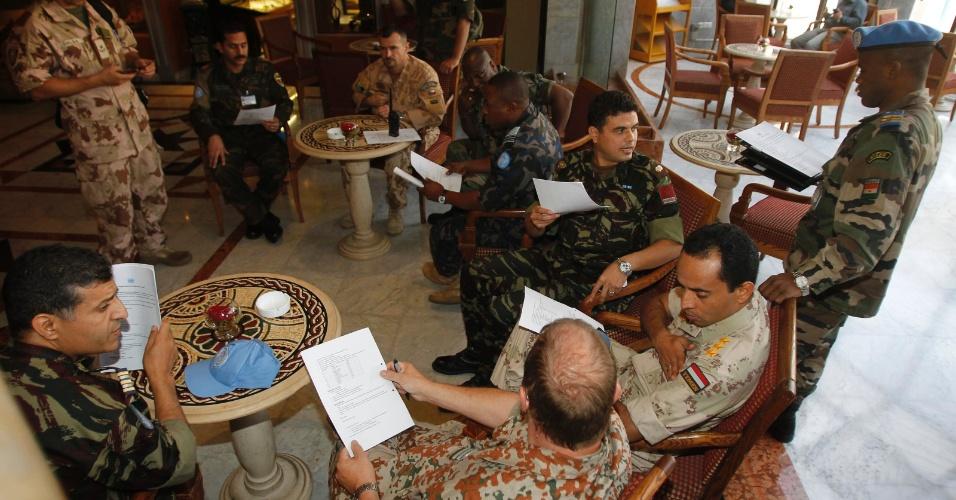 20.ago.2012 -  Integrantes da missão da ONU na Síria se reúnem em um hotel em Damasco antes de deixar o país, após quatro meses. A missão foi encerrada no domingo. Até a sexta-feira todos os observadores devem deixar o país