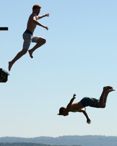 20.ago.2012 -  Jovens pulam de uma plataforma o lago Ammersee, em uma vila de Utting, na Alemanha