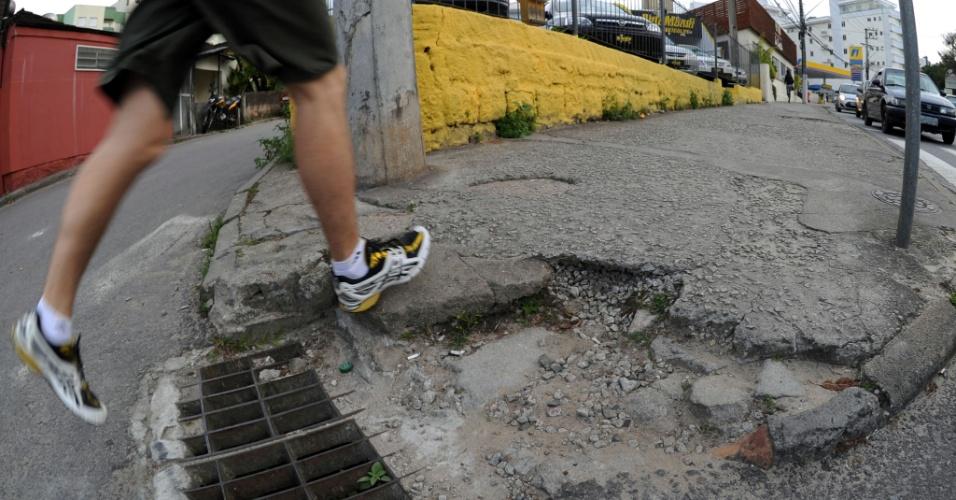 20.ago.2012 - Levantamento feito entre fevereiro e abril, publicado pelo portal Mobilize Brasil, deu nota 1,5 para as calçadas de Florianópolis. A média nacional foi de 3,55