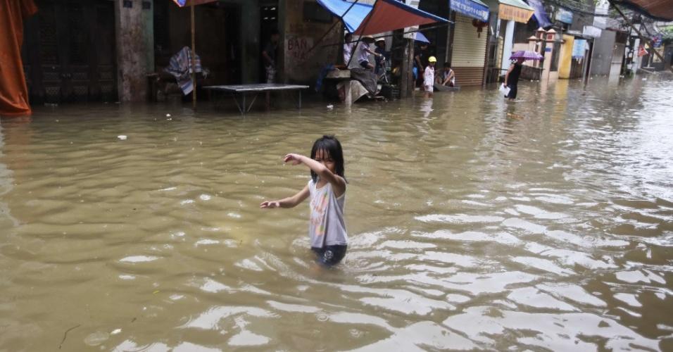 20.ago.2012 - Menina anda em rua inundada em Hanói, no Vietnã. Pelo menos 10 pessoas morreram e nove estão desaparecidas em consequência da tempestade tropical Kai-Tac no norte do país. Em Hanói os ventos provocados pelas fortes chuvas chegaram a mais de 73 km/h