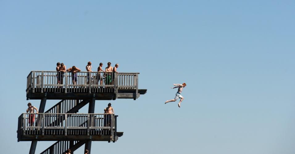 20.ago.2012 - Menino pula de uma plataforma o lago Ammersee, em uma vila de Utting, na Alemanha