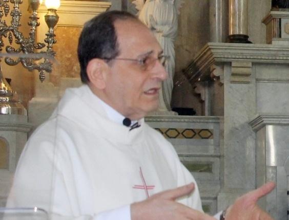 20.ago.2012 - Monsenhor Jamil Nassif Abib, 72, foi golpeado a facas enquanto celebrava missa na Catedral de Santo Antônio, em Piracicaba (SP)