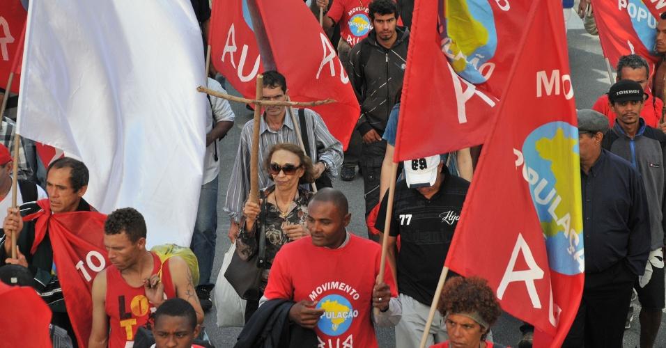 20.ago.2012 - Moradores de rua participaram de uma passeata pelas ruas centrais de São Paulo nesta segunda