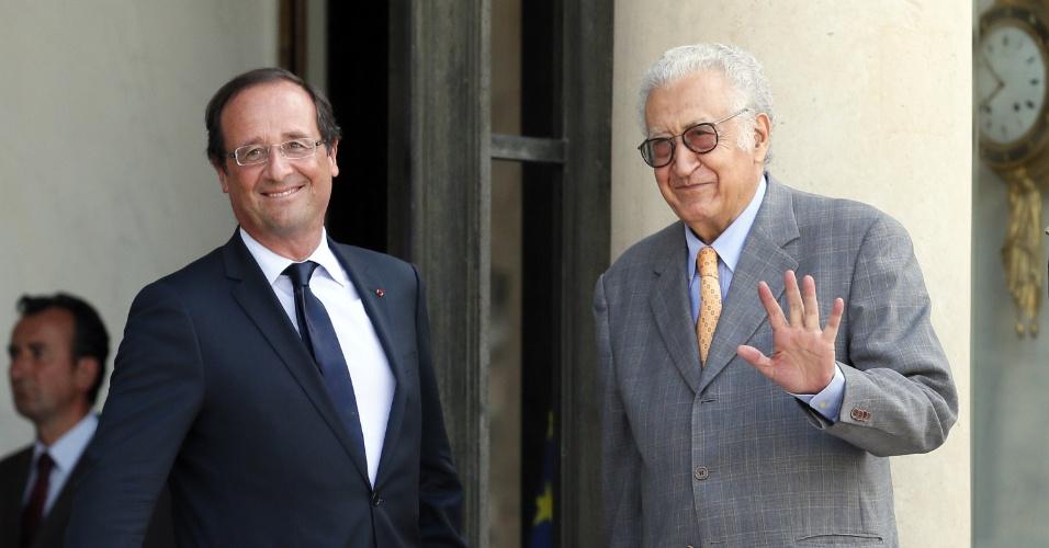 20.ago.2012 - O presidente da França, François Hollande, recebe o novo mediador da ONU para a crise na Síria, Lakhdar Brahimi, no  Palácio Elisée, em Paris. Brahimi foi anunciado como substituto de Kofi Anna na última sexta-feira e deve elaborar um novo plano de paz