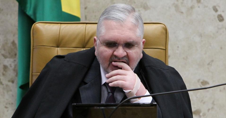 20.ago.2012 - O procurador-geral da República, Roberto Gurgel, acompanha sessão do 12º dia de julgamento do mensalão, no Supremo Tribunal Federal (STF), nesta segunda-feira (20)