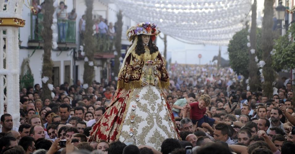 20.ago.2012 - Peregrinos participam de uma procissão em homenagem à Virgem do Rocio, em Huelva, na Espanha
