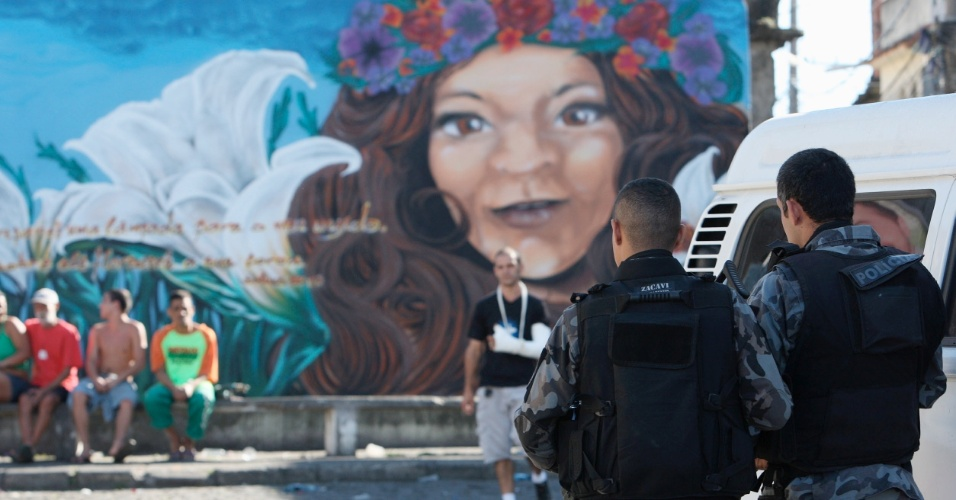 20.ago.2012 - Policiais do Bope (Batalhão de Operações Especiais) realizam operação no morro do Dendê, na Ilha do Governador, Rio de Janeiro, nesta segunda-feira (20)