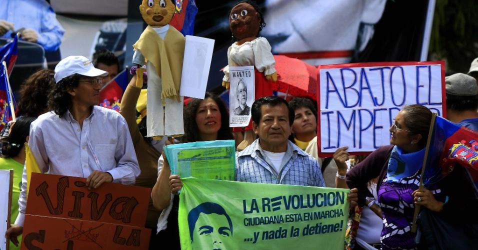 20.ago.2012 - Simpatizantes do presidente equatoriano, Rafael Correa, participam de manifestação em Quito, capital do Equador, para apoiar Julian Assange, fundador do site WikiLeak