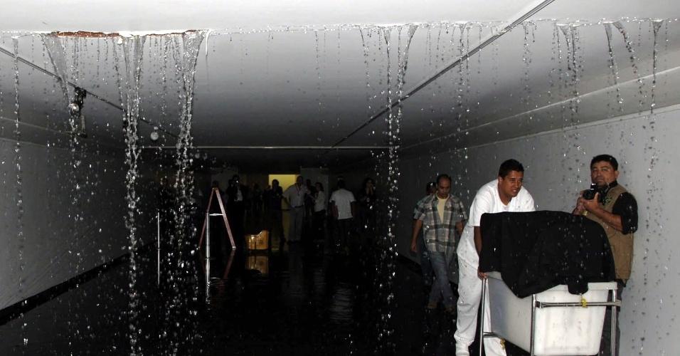 20.ago.2012 - Teto do corredor de acesso ao plenário da Câmara dos Deputados registrou vazamento nesta segunda-feira durante uma chuva em Brasília