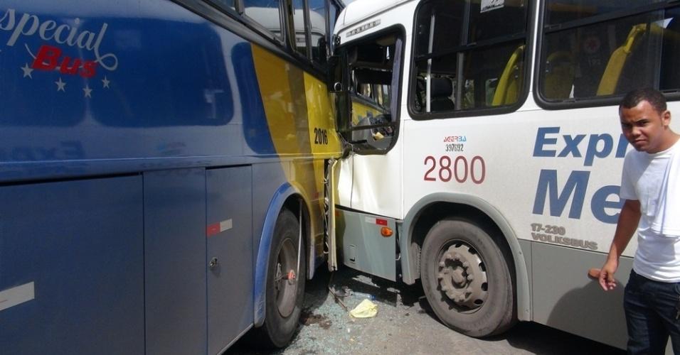 20.ago.2012 - Um acidente envolvendo dois ônibus ocorreu na Estrada Cia-Aeroporto, próximo à rotatória, em Salvador, nesta segunda- feira (20). Não houve vítima fatal e os feridos foram levados para o Hospital Geral do Estado