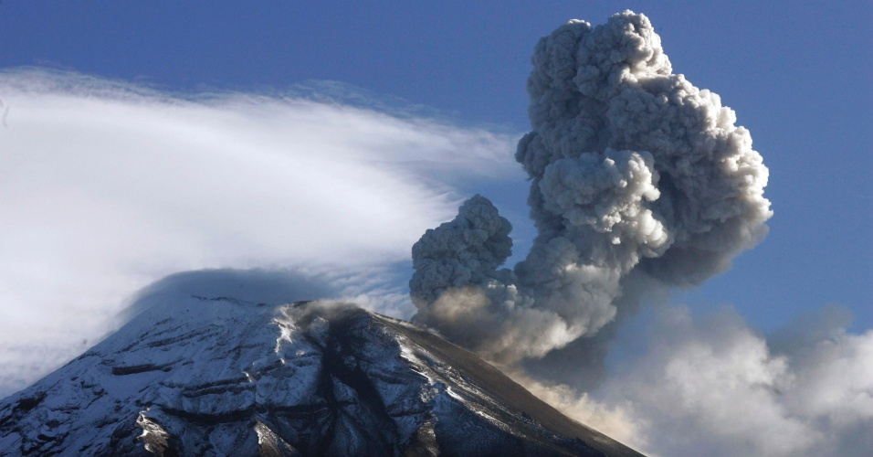 20.ago.2012 - Vulcão Tungurahua expele nuvens de gás e cinzas perto de Banos, no sul do Equador, neste domingo (19). Autoridades locais pediram para as pessoas que vivem no local deixarem suas casas por conta do aumento da atividade vulcânica. O Tungurahua está em atividade desde 1999