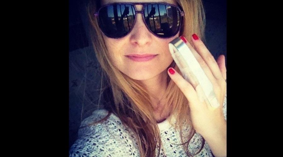Fernanda Rodrigues machucou o dedo e precisou imobilizá-lo (20/8/12)