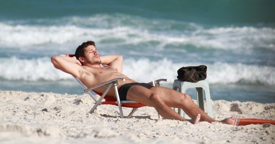 "José Loreto, o Darkson de ""Avenida Brasil"", tirou um cochilo na praia da Barra, zona oeste do Rio (20/8/12)"