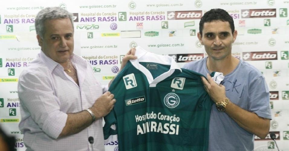 Marcelo Segurado apresenta o meia Caio como reforço do Goiás