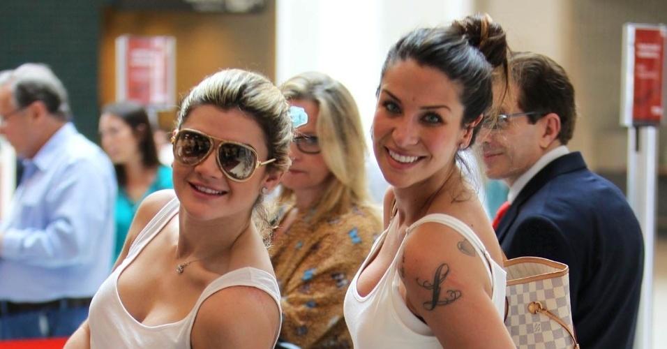 Mirella Santos e Lizzi Benites, a Piu Piu, circularam pelo aeroporto Santos Dumont, centro do Rio (20/8/12)