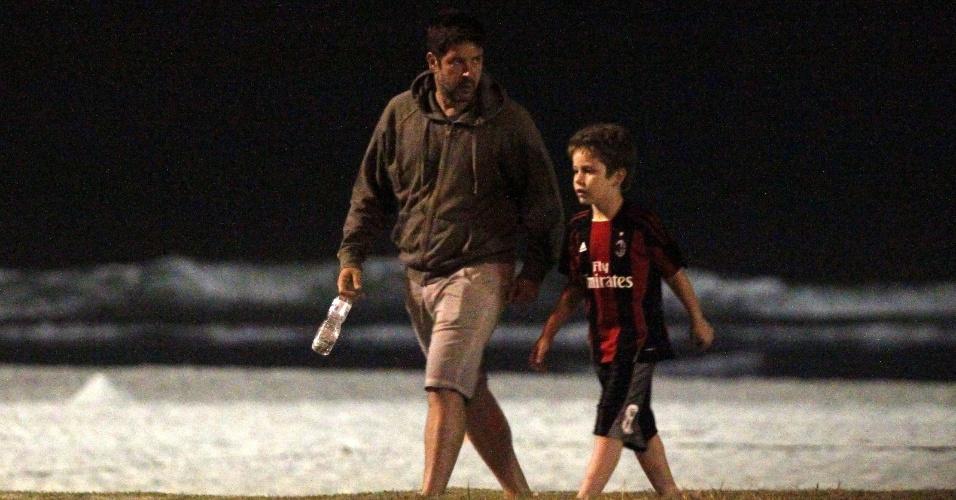 Murilo Benício passeou com o filho Pietro pela orla da praia da Barra da Tijuca, zona oeste do Rio (20/8/12)