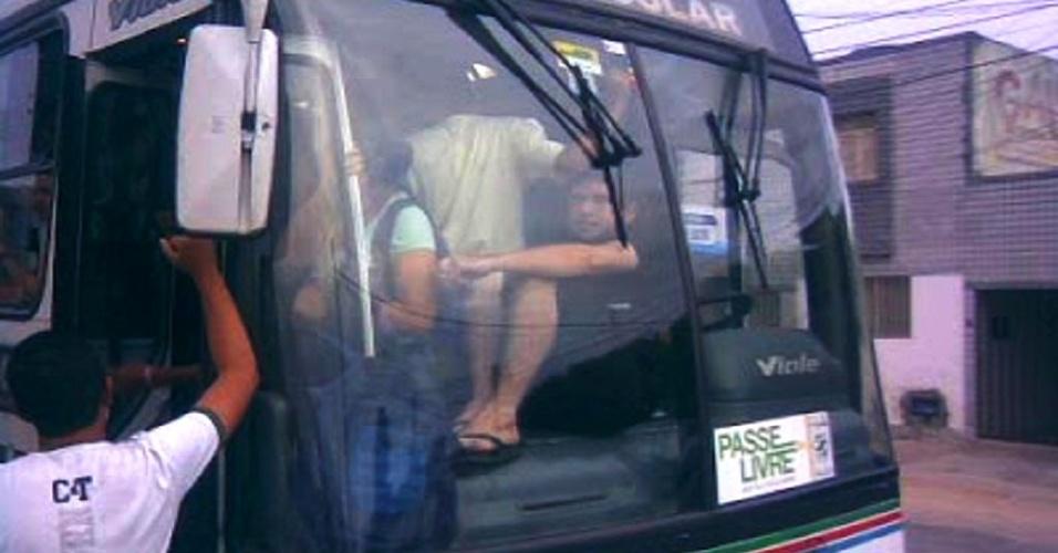 """Passageiro viaja """"colado"""" ao vidro em ônibus urbano de Natal"""
