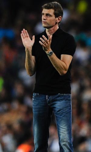Técnico do Barcelona, Tito Vilanova aplaude durante amistoso contra a Sampdoria
