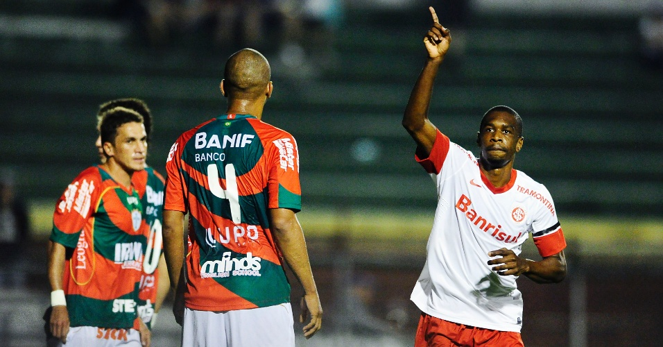 Zagueiro Juan do Inter comemora gol que marcou na estreia contra a Portuguesa no estádio do Canindé (20/08/2012)