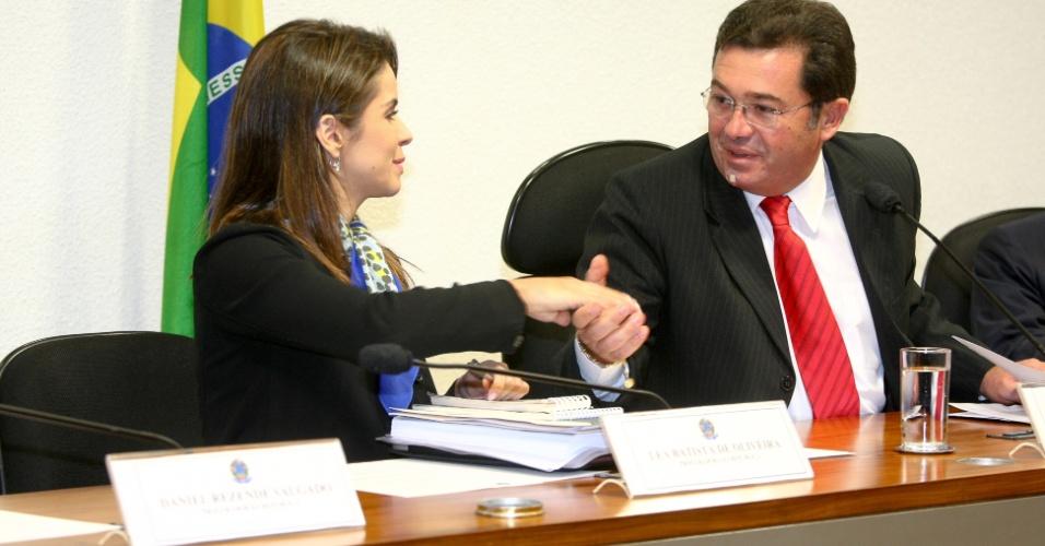 21.ago.2012 - A procuradora Léa Batista de Oliveira cumprimenta o senador Vital do Rêgo (PMDB-PB) antes de prestar depoimento à CPI do Cachoeira, em Brasília, nesta terça-feira (21)