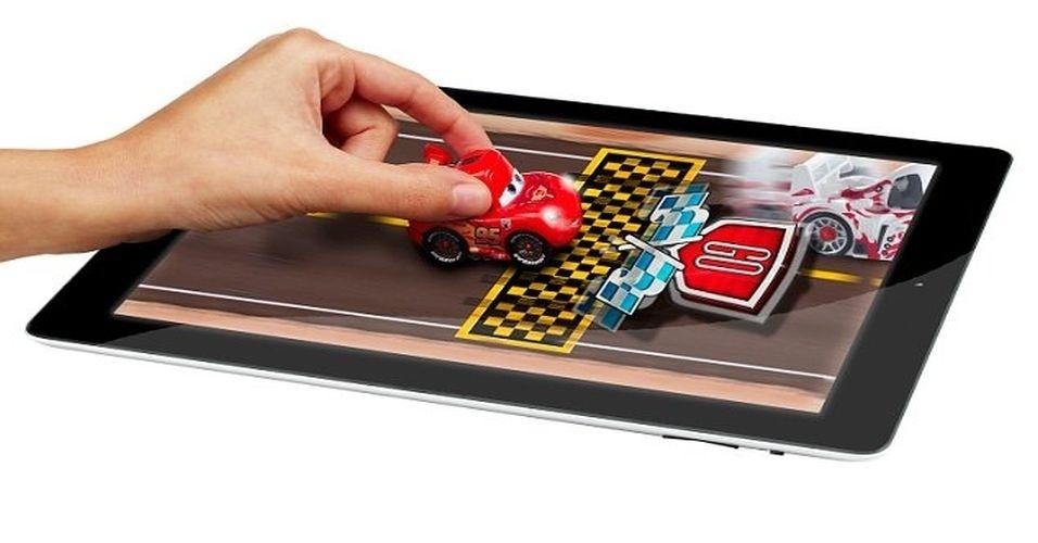 21.ago.2012 - Com tela sensível aos toques, os tablets dispensam o uso de acessórios como mouse e teclados. Apesar disso, existem diversos produtos que funcionam em parceria com gadgets (seja um super herói ou um helicóptero), criando assim mais interação com o portátil. O carrinho deve ser guiado em uma pista virtual que aparece na tela do tablet. O produto é comercializado no Brasil Sunny Brinquedos e custa R$ 89,99, para iPad