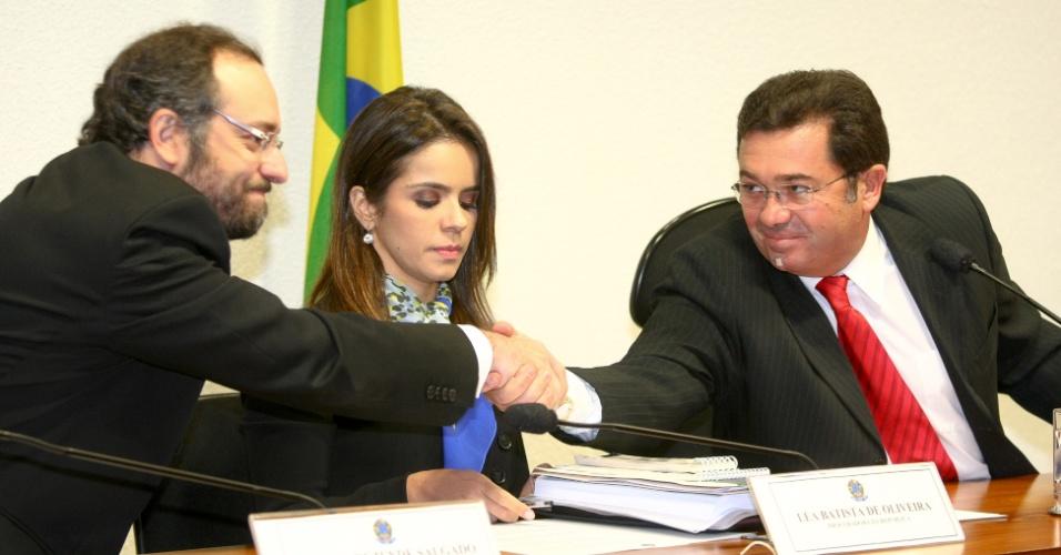 21.ago.2012 - O procurador Daniel Rezende Salgado cumprimenta o senador Vital do Rêgo (PMDB-PB) antes de prestar depoimento à CPI do Cachoeira, em Brasília, nesta terça-feira (21)