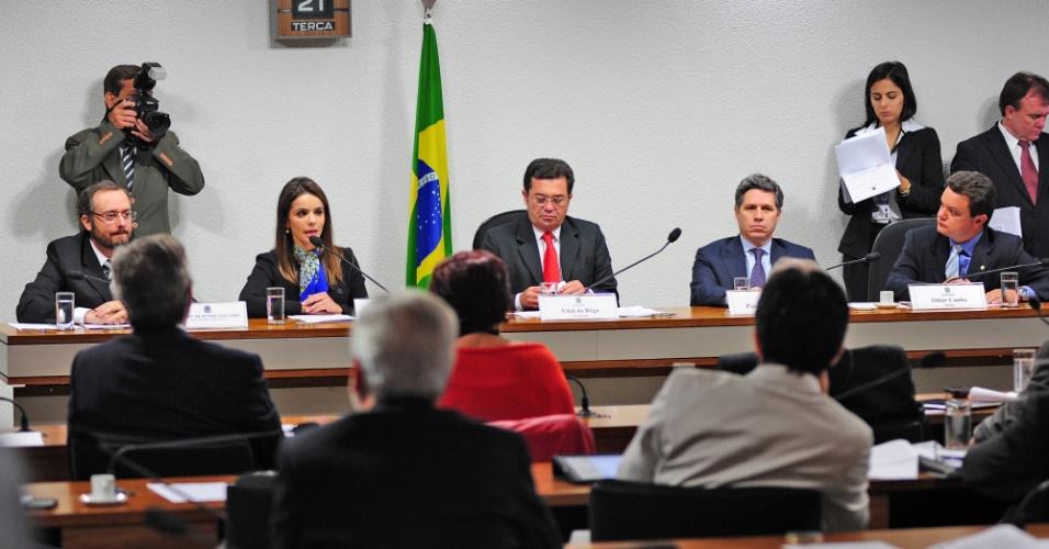 21.ago.2012 - Os procuradores Daniel Rezende Salgado (primeiro à esq.) e Léa Batista depõem na CPI do Cachoeira, em Brasília
