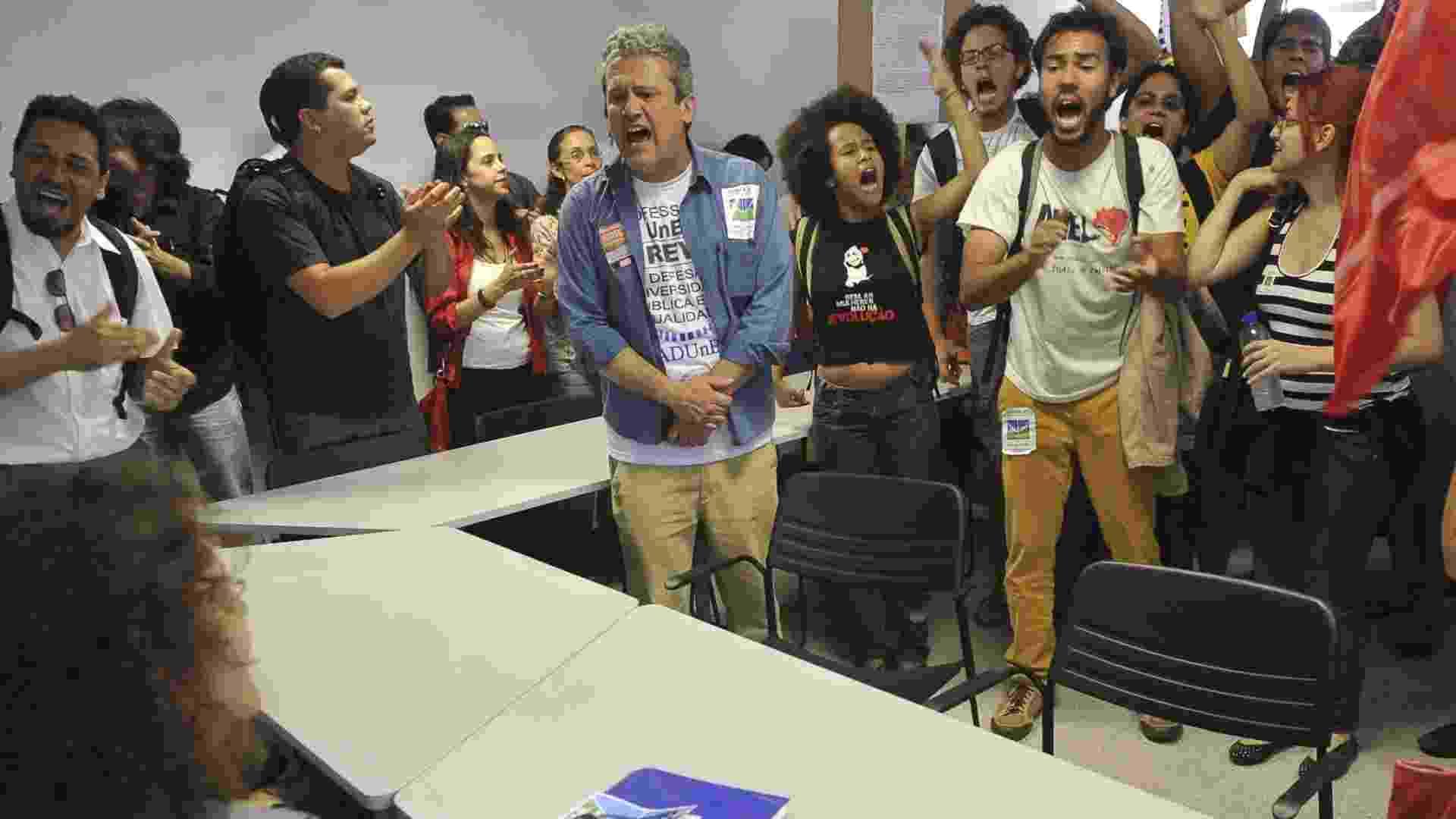 21.ago.2012 - Professores da UnB (Universidade de Brasília) que não aceitam o fim da greve, decidida em assembleia na última sexta-feira (17), ocuparam no início desta tarde, a Casa do Professor, sede da ADUnB (Associação dos Docentes), no campus da instituição. Eles dizem que só saem de lá se a ADUnB convocar nova assembleia, imediatamente, para rediscutir a decisão - Elza Fiúza/ABr