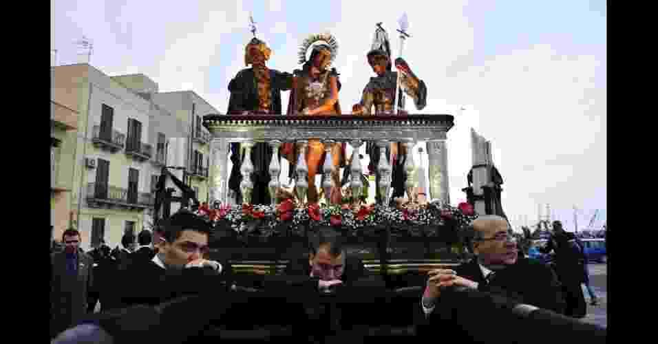 A foto de Andrea Guarneri ficou com o terceiro lugar, e mostra as comemorações da Páscoa em Trapani, na Sicília. Os devotos carregam cenas da Paixão de Cristo durante toda a noite e só descansam quando o dia amanhece - Andrea Guarneri/National Geographic Traveler Photo Contest