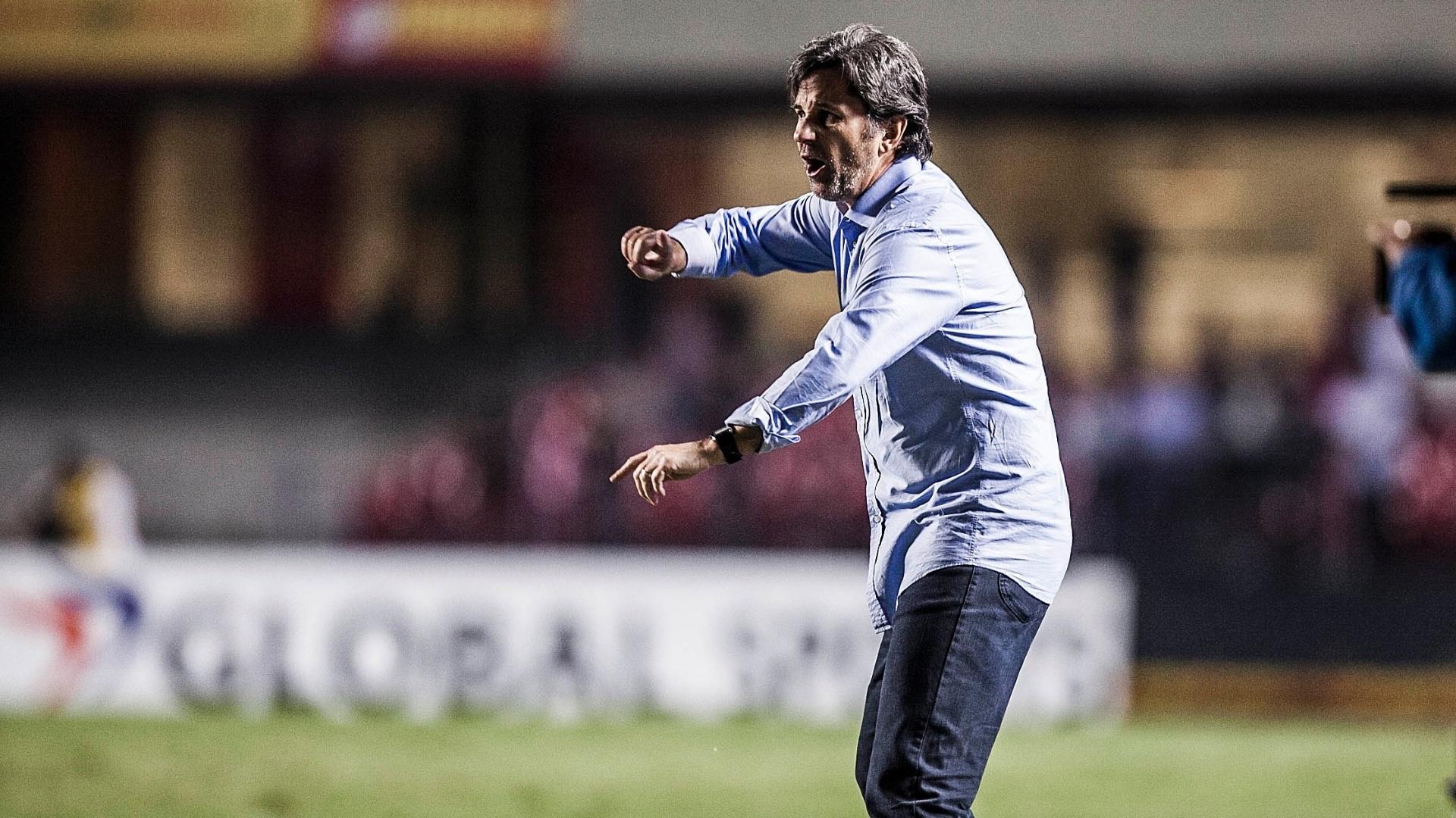 Caio Júnior, técnico do Bahia, orienta os jogadores de sua equipe durante o jogo contra o São Paulo